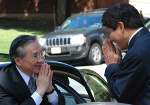 Dr. Suphamongkhon greets the ambassador on his arrival to campus.