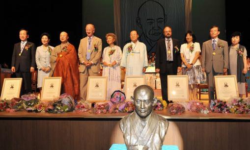 Professor John Duncan Receives Manhae Grand Prize