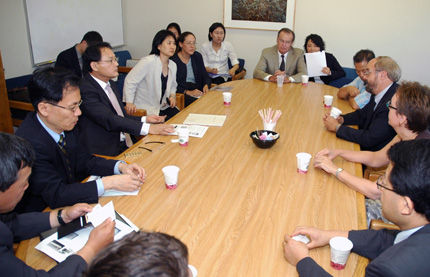 Culture Minister Yu In-Chon meets CKS faculty and staff.