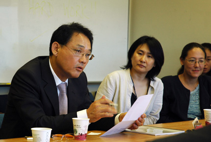 Korean Cultural Minister Visits Center
